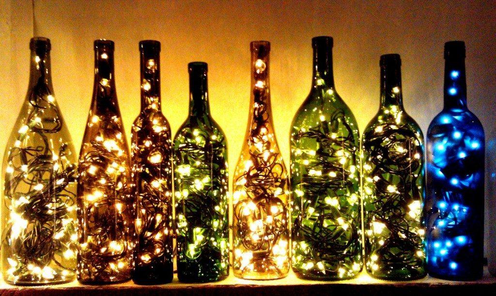 Luzes dentro de garrafas